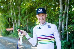 Medaljerna i all ära, men det är den regnbågsrandiga tröjan som världsmästaren får bära som är störst.
