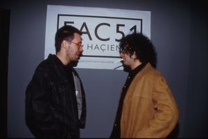 De två Factorylegendarerna Rob Gretton (Paddy Considine) och Martin Hannett (Andy Serkis). Foto: NonStop Entertainment