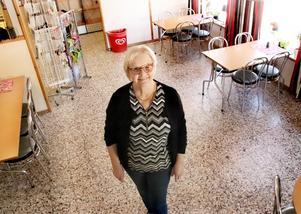 Originaluppsättning. Caféets stolar har stått där sedan starten 1994. Ingalill reflekterar över sina 25 år hon har drivit Vika Café.