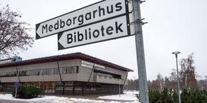 Skylten pekar än så länge rätt, mot biblioteket i Sveg. Om det ska flyttas till Camp Sveg återstår att se.