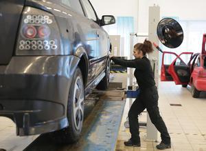 Andelen kvinnliga besiktningstekniker är fortfarande blygsam, trots uttalade målsättningar bland bilprovningsföretagen om att locka fler kvinnor.