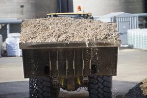 Är biobränsle klimatneutralt på kort sikt?  Bilden visar biobränsle till ett kraftvärmeverk.                                                                                  Foto: TT