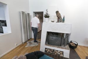 Den stora öppna spisen sväljer en hel del ved. Elementen på väggen har en lite annorlunda montering än brukligt.