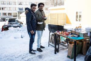 Utanför lokalen på Engelbrektsgatan fanns det (vegetarisk) korvgrillning.