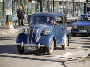Cruising i Gävle igen.  I en Ford Anglia, 1952 kommer Ing-Marie Wiksell och Stefan Källberg.