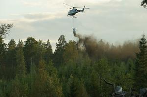 Askgranulerna sprids effektivt med helikopter. Foto: Stefan Anderson, Skogsstyrelsen