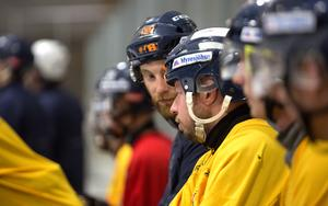 Mikael Olsson i samspråk med nye Falu BS-tränaren, Joakim Björkman.