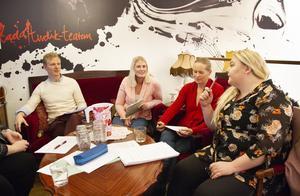 – Det var riktigt bra att vi gjorde det här, säger föräldern Marie Larsson i mitten, tillsammans med Johan Söderlund, Jenny Mangseth och Rebecca Carlsson.
