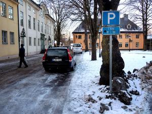I dag finns det parkeringsplatser med olika lång tillåten parkering i centrum. Parkeringarna är gratis, men bevakas ändå av ett företag så att inte tidsgränserna överskrids.