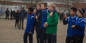 Besvikna. Eleverna var trots förlusten inställda på att spöa lärarna i nästa fotbollsmatch.