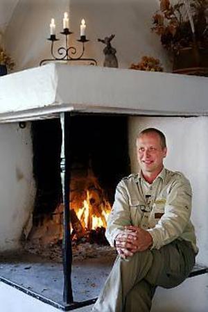 Foto: LASSE HALVARSSON Den svenska grillkulturen ligger långt efter den amerikanska. Det var inte länge sedan vi grillade vid brasan. Thomas Bäck vet dock hur man grillar med bra resultat även ute i trädgården.