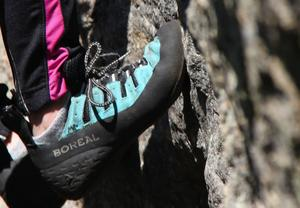 Eleverna får låna klätterutrustning. Bland annat specialskor.