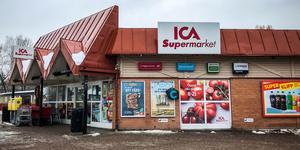 """Butiken hölls öppen som vanligt på söndagen. """"Vi känner att det är många som vill hit och prata"""" sade Ica-handlaren Niclas Runfeldt."""