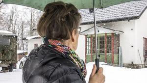 Arja framför ett av sina första hem i Sverige. Den vita villan i Högfors i Norberg. I boken har hon beskrivit vägen till huset.