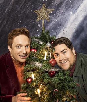 Barnens julvärdar Markus Granseth och Erik Ekstrand öppnar luckorna till årets julkalender Panik i tomteverkstan. Foto: Jan Danielsson/SVT