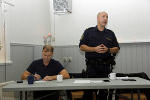 Anton Breznik och Jan Sköldberg var polisens representanter vid mötet i Torpa.