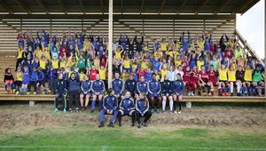 122 fotbollstokiga barn samlade på en bild.