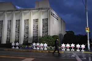 Bild tagen utanför synagogan i Pittsburgh där skottdramat ägde rum. Foto: Gene J. Puskar