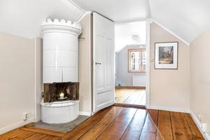 Ett par kakelugnar finns kvar i huset som troligtvis uppfördes på 1800-talet. Foto: Svenska Mäklargruppen