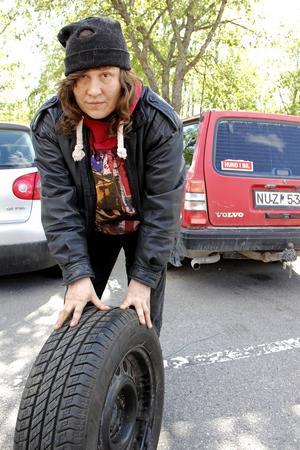 Maria Johansson visar ett fint däck hon hittat i en hög. Det är Michelin, påpekar hon.