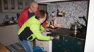 Tove Grape och hennes pappa Alvar Hamberg tycker att de trots allt har det bra förspänt. Vedspisen är guld värd i situationer som den här.