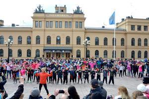 Massdans på torget med Sundsvalls Kulturskola.