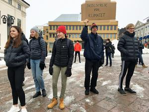 Med plakat och talkörer visade Härnösandsborna sitt missnöje.