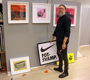 Christer Rispling visar sina lekfulla kollage och drifter med kända varumärken.