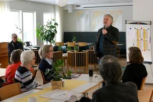 Peter Eriksson möter även de andra pensionärerna på trygghetsboendet i Sundsvalls norra hamn.