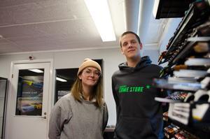Emma Tranevik och Emanuel Elgeholm hoppas att personer som gillar brädspel ska spela i Tension Graphics källare.