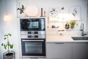 I det ena köket tillagas all mat där finns ugn, spis och köksmaskiner och diskmaskin för kastrullerna.