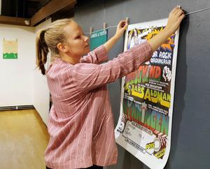 Affischer från 1960- och 70-talen visar på den tidens alternativrörelser inom politik, musik, feminism med mera. Ingrid Bergström Nilsson ingår i projektet Gatans rum. Foto: Mohamad Ali