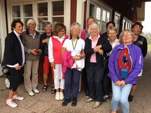 Seniordamerna som trivdes på golfbanan.