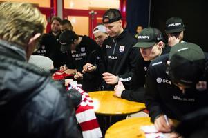 Morten Madsen för sig redo att signera en halsduk.