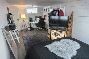 """Adam Kraft studerar på gymnasium i Östersund. Han trivs i sitt rum på runt 18 kvadratmeter. """"Det bästa med mitt rum är utsikten"""", säger han."""