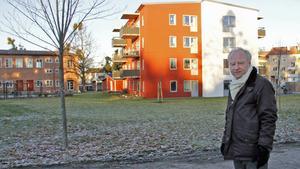 KFAB och dess VD Mats Åkerlund planerar för bland annat ett nytt fyravåningshus vid Karlaskolan, liknande det som tidigare byggts. (Arkivbild)
