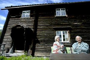 En bild från maj 2006 med Mary och Ingmar Bergström utanför lillstugan och loftet, i samband med att boken om Kroksgård blev klar.