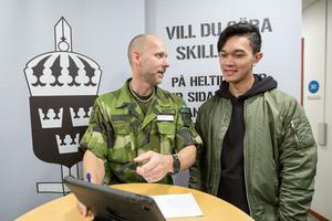 Kim Fryxell hade frågor till försvarsmaktens yrkesvägledare Per Brodén.