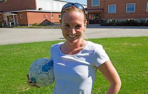 Johanna Hillberg är en av lärarna som står för fotbollsundervisningen. Hon har själv fyra SM-guld med Älvsjö på meritlistan.