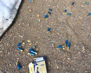 Några av mängder med tomhylsor som låg kvar på vägen.Foto Polisen