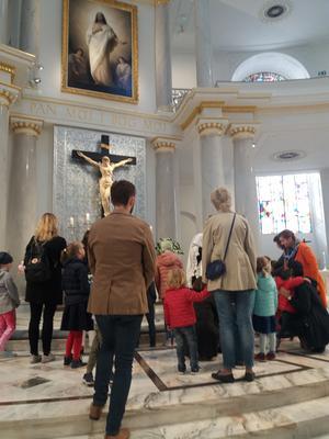 """Gudstjänst i lutherska domkyrkan i Warszawa med alla åldersgrupper representerade. Massor med byggnader, även kyrkor förstördes nästan helt av nazisterna under andra världskriget. Men återuppbyggnaden, bland annat med stöd av FN, har givit Polen ett """"nygammalt"""" ansikte tillbaka av klassisk polsk arkitektur och trivsel."""