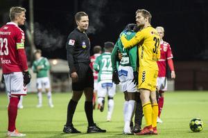 Kalmarmålvakten Lucas Hägg Johansson kramar om Christian Kouakou efter det tuffa smällen.