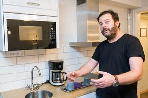 Den gäst som vill, ska kunna laga en enkel måltid på rummet, tycker David som inrett rummen med pentry.