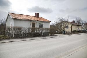 Husen längs  Breda Gatan i Hudiksvall är mycket förändrade, men påminner om typhus nummer 10 från Svenska Trähus.