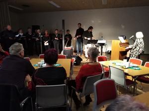 PRO Bjästas egen kör, New Old Singers, var ett perfekt komplement till Supertrions underhållning när det bjöds upp till säsongens andra musikcafé. Foto: Solveig Nordin.