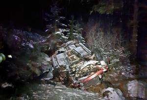 Bilen voltade och blev liggandes på taket intill ån. Bild: Räddningstjänsten