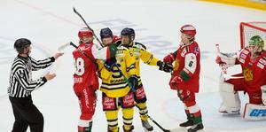 Moras Adam Masuhr  tar ett grepp om SSK:s Anton Blomberg. Sebastian Bengtsson i SSK och MIK:s Isak Pantzare ser på.