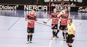 Marcus Pontusson, till höger, lämnar Örebro Innebandy. Arkivfoto