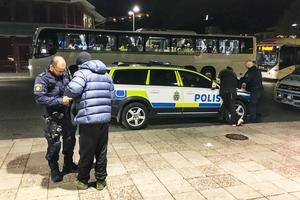 21-tiden. Poliskontroll på Navet. Mannen och kvinnan är av allt att döma påverkade av droger och deras väskor och fickor gås igenom.