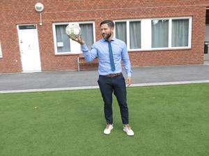 Carlos Santis är rektor på friskolan Lyftet och genomgår samtidigt sin rektorsutbildning. fyller 40 år.